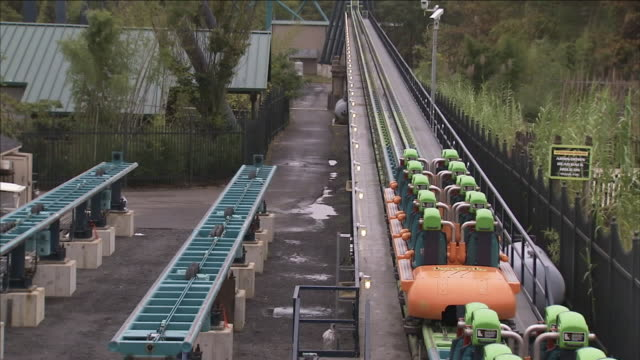 a roller coaster comes to a stop on the tracks. - stoppen stock-videos und b-roll-filmmaterial
