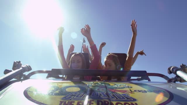 vidéos et rushes de roller coaster creasting the top of the climb and accelerating down the tack. - bras en l'air