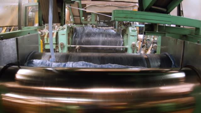 stockvideo's en b-roll-footage met roller van kalanders machine - rubber