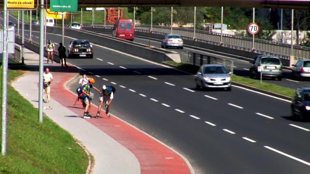 vídeos de stock e filmes b-roll de hd: patinagem sobre rodas - capacete