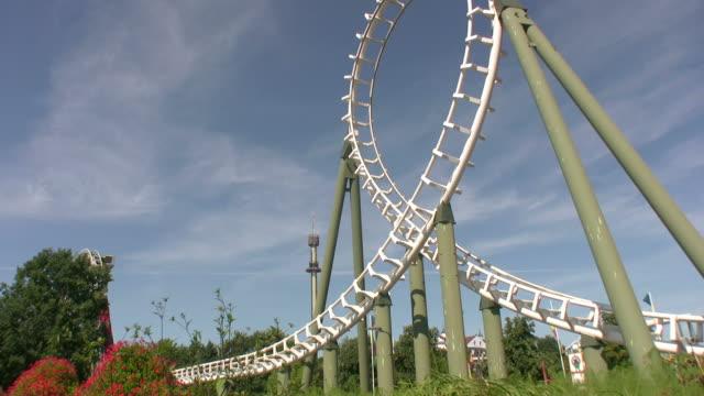 rollercoaster looping - rollercoaster stock videos & royalty-free footage