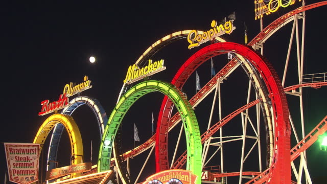 """rollercoaster """"olympialooping"""" at night - fahrgeschäft stock-videos und b-roll-filmmaterial"""