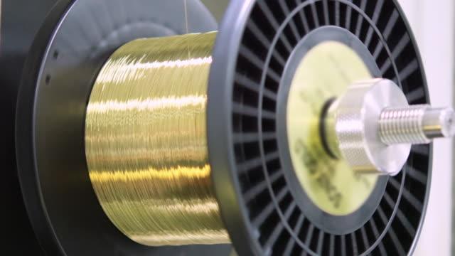 vídeos de stock, filmes e b-roll de 4 k : rolando cabo de metal - rolo