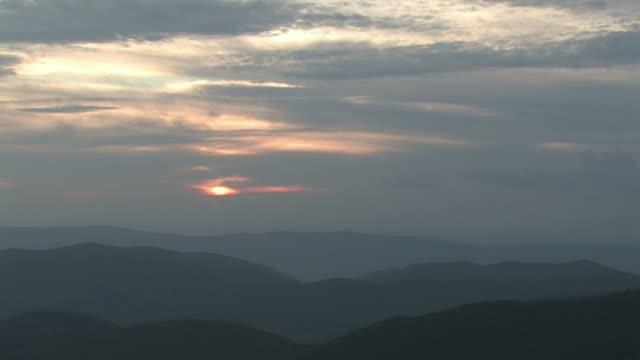 rolling hills sonnenuntergang 2 tl-hd-bis 30 - kürzer als 10 sekunden stock-videos und b-roll-filmmaterial