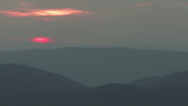 rolling hills sonnenuntergang 3 bis 30 tl-hd - kürzer als 10 sekunden stock-videos und b-roll-filmmaterial