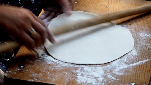 vídeos de stock, filmes e b-roll de lançando de massa - rolo de pastel