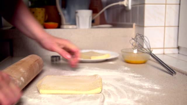 vídeos de stock, filmes e b-roll de preparação de cookies - rolo de pastel