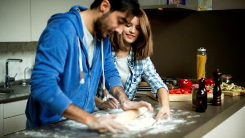 vídeos y material grabado en eventos de stock de rolling pizza dough - cocina estructura de edificio