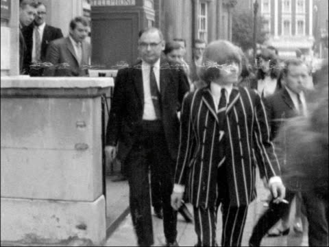 vídeos de stock e filmes b-roll de rolling stones guitarist sent for trial; england: west london magistrate's court: jones towards with others - cigarette in mouth - rolling stones