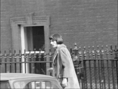 vídeos de stock e filmes b-roll de rolling stones had up on drug charges; england: courtfield rd: london: lms prince stanislas klossowski de rowla from house: zoom in and pan as along... - rolling stones