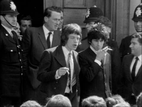 vídeos de stock e filmes b-roll de rolling stones had up on drug charges; rolling stones had up on drug charges; england: chichester: bv fans queueing on court steps: fans sit on... - rolling stones