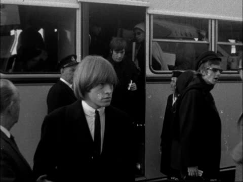 vídeos de stock e filmes b-roll de rolling stones leave lap for new york; england: london: ext the 'stones' off coach mill in group - rolling stones