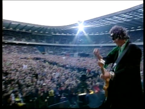 vídeos y material grabado en eventos de stock de rolling stones start four concert uk tour; itn scotland: edinburgh: murrayfield: ext crowd gathered beforee stage on which rolling stones are giving... - rolling stones