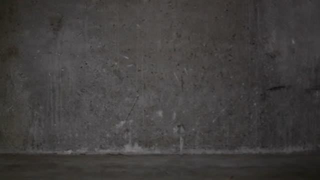 vídeos y material grabado en eventos de stock de balanceo de neumáticos en aparcamiento subterráneo - pared de cemento