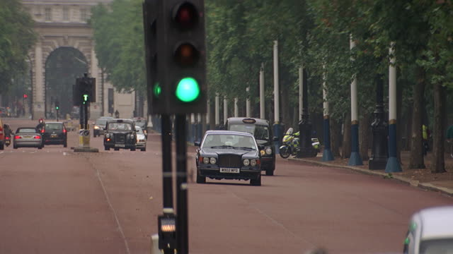 ws pan rolls royce driving along the mall / london, uk - rolls royce videos stock videos & royalty-free footage