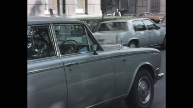 1985 nyc - rolls royce on 5th avenue - rolls royce stock videos and b-roll footage