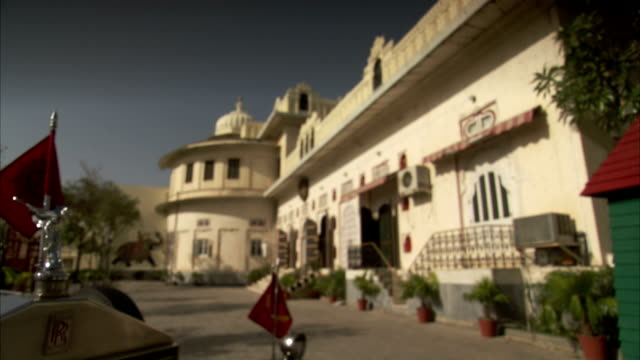 a rolls-royce with red flags, udaipur, india. - rolls royce stock videos and b-roll footage
