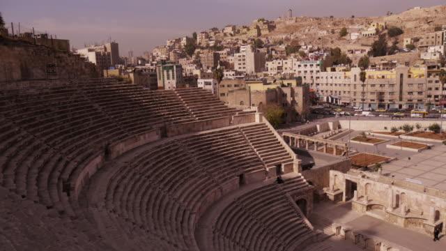 tl roman amphitheater amman, jordan, middle east. - ヨルダン点の映像素材/bロール
