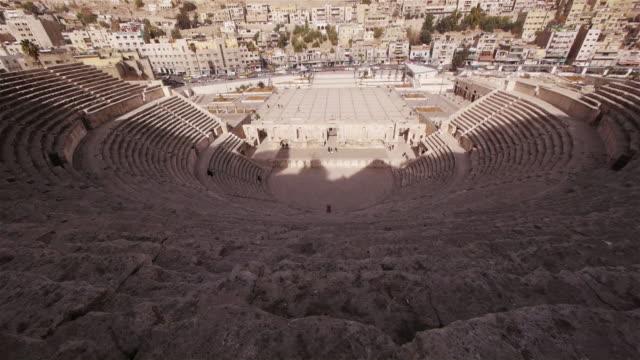 ws - roman amphitheater amman, jordan, middle east. - romerska riket bildbanksvideor och videomaterial från bakom kulisserna