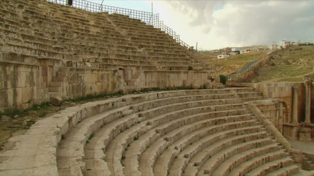 ws pan roman amphitheater / jerash, jordan - amphitheater stock videos & royalty-free footage