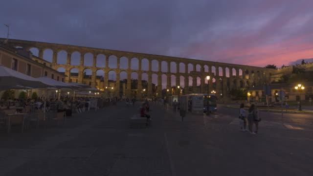 vídeos de stock e filmes b-roll de roman aqueduct in the twilight (unesco world heritage site) - cultura espanhola
