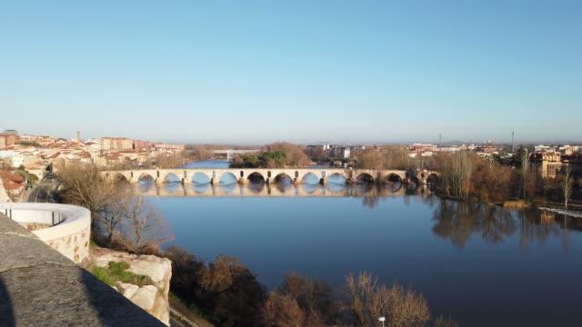 vídeos y material grabado en eventos de stock de puente romano en zamora, españa - arco característica arquitectónica