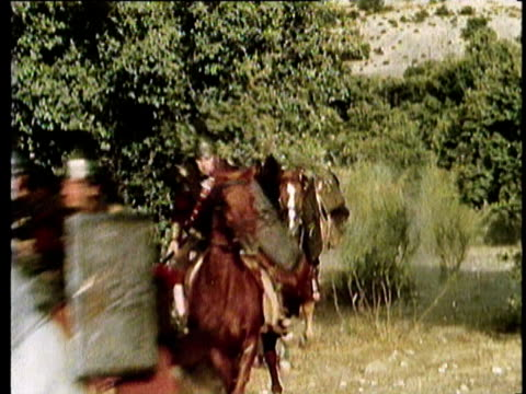 vídeos de stock, filmes e b-roll de 1964 reenactment montage roman cavalry and infantry charge - roman soldier