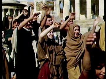 vidéos et rushes de 1964 reenactment montage ms roman citizens cheering caesar's arrival  - respect