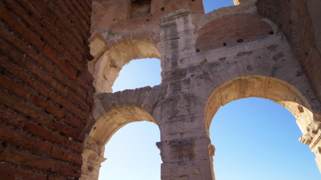 roman colosseum interior arch shows architectural details in rome, italy - 拱門 建築特色 個影片檔及 b 捲影像