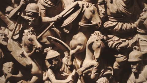vidéos et rushes de empire romain bataille bas relief - antiquités