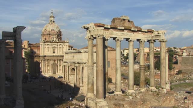 vídeos de stock e filmes b-roll de ws, pan, roman forum with temple of saturn and santi luca e martina church in foreground, rome, italy - frontão triangular