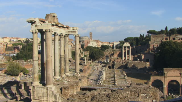 ws, roman forum with temple of saturn in foreground, rome, italy - ペディメント点の映像素材/bロール