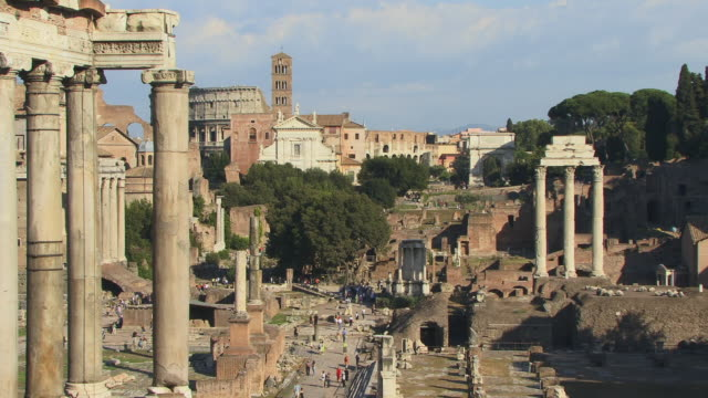 zo, ws, roman forum with temple of saturn in foreground, rome, italy - ペディメント点の映像素材/bロール