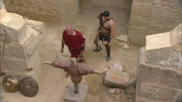 vidéos et rushes de a roman gladiator trains with a sword. - gladiateur