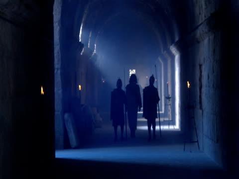 vídeos de stock, filmes e b-roll de roman guards escort jesus to his trial before pontius pilate. - trepadeira