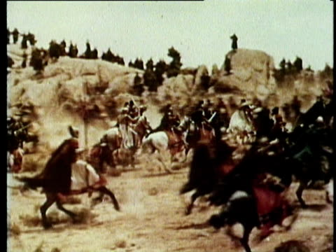 vídeos de stock, filmes e b-roll de 1964 reenactment montage roman infantry and cavalry charge in gallic battle scene - roman soldier