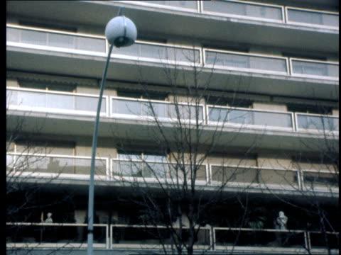 stockvideo's en b-roll-footage met crime / roman polanski now in paris itn paris ext exterior flats where roman polanski is staying sign 'avenue montaigne' traffic zoom into flats into... - roman polanski