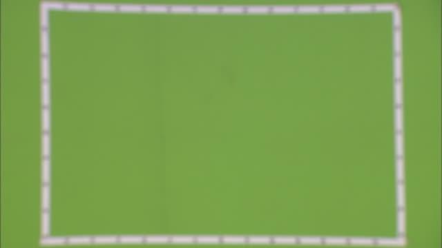 vídeos y material grabado en eventos de stock de roman soldiers march past a green screen. - soldado romano