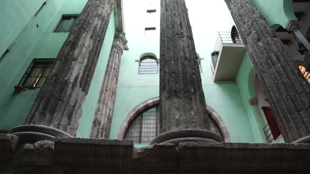 vídeos y material grabado en eventos de stock de roman temple of augustus, barcelona, spain. - en ruinas