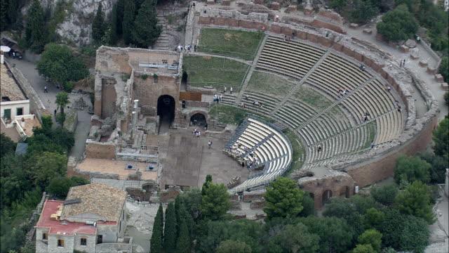 teatro romano a taormina-vista aerea-sicilia, provincia di messina, taormina, italia - spettacolo teatrale video stock e b–roll