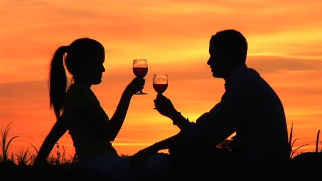 hd :夕暮れのロマンチックな - 床に座る点の映像素材/bロール