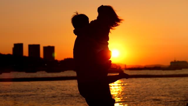 夕暮れ時のロマンスカップル - 恋に落ちる点の映像素材/bロール