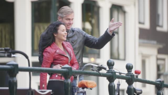 romance in amsterdam downtown - coppia di adulti di mezza età video stock e b–roll