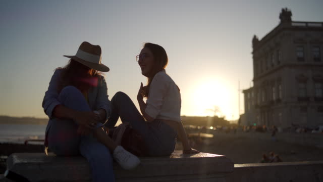 vídeos de stock e filmes b-roll de romance in sunset - 25 29 anos