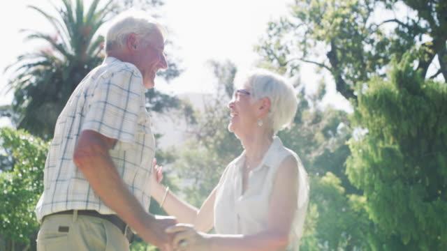 vídeos de stock, filmes e b-roll de romance é romance, não importa a sua idade - carinhoso