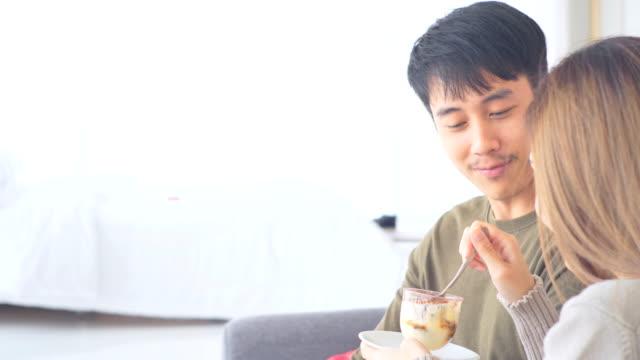ロマンスバレンタインデー。 - 食事する点の映像素材/bロール
