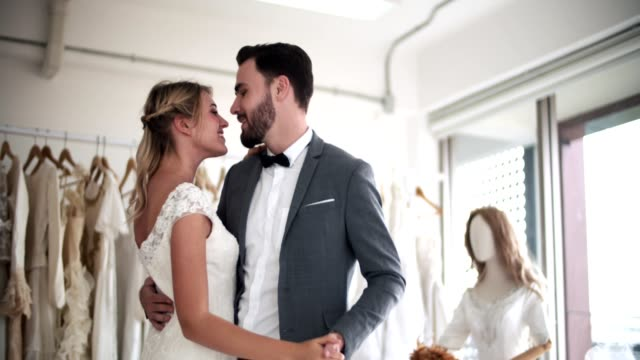 vídeos de stock e filmes b-roll de romance young bride and groom - votos matrimoniais