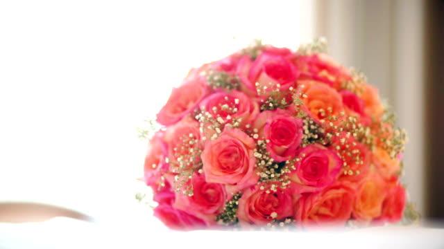 vídeos de stock, filmes e b-roll de um buquê romântico de rosa da cama. - bouquet