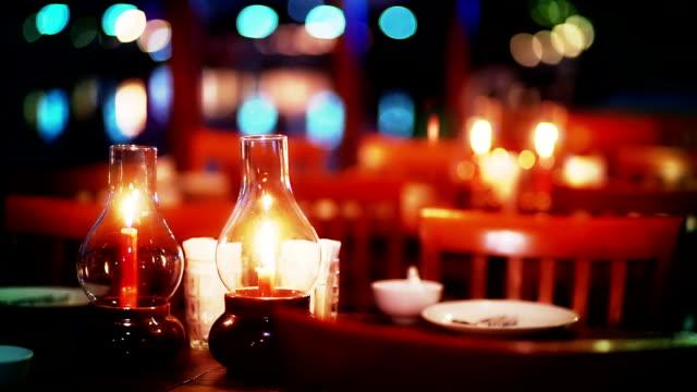ディナー川沿いのロマンティックなキャンドル ディナー テーブル セットアップのクルーズです。 - お食事デート点の映像素材/bロール