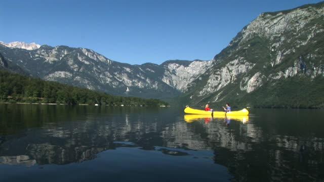 vídeos y material grabado en eventos de stock de hd: romántico piragüismo en el lago - buena condición